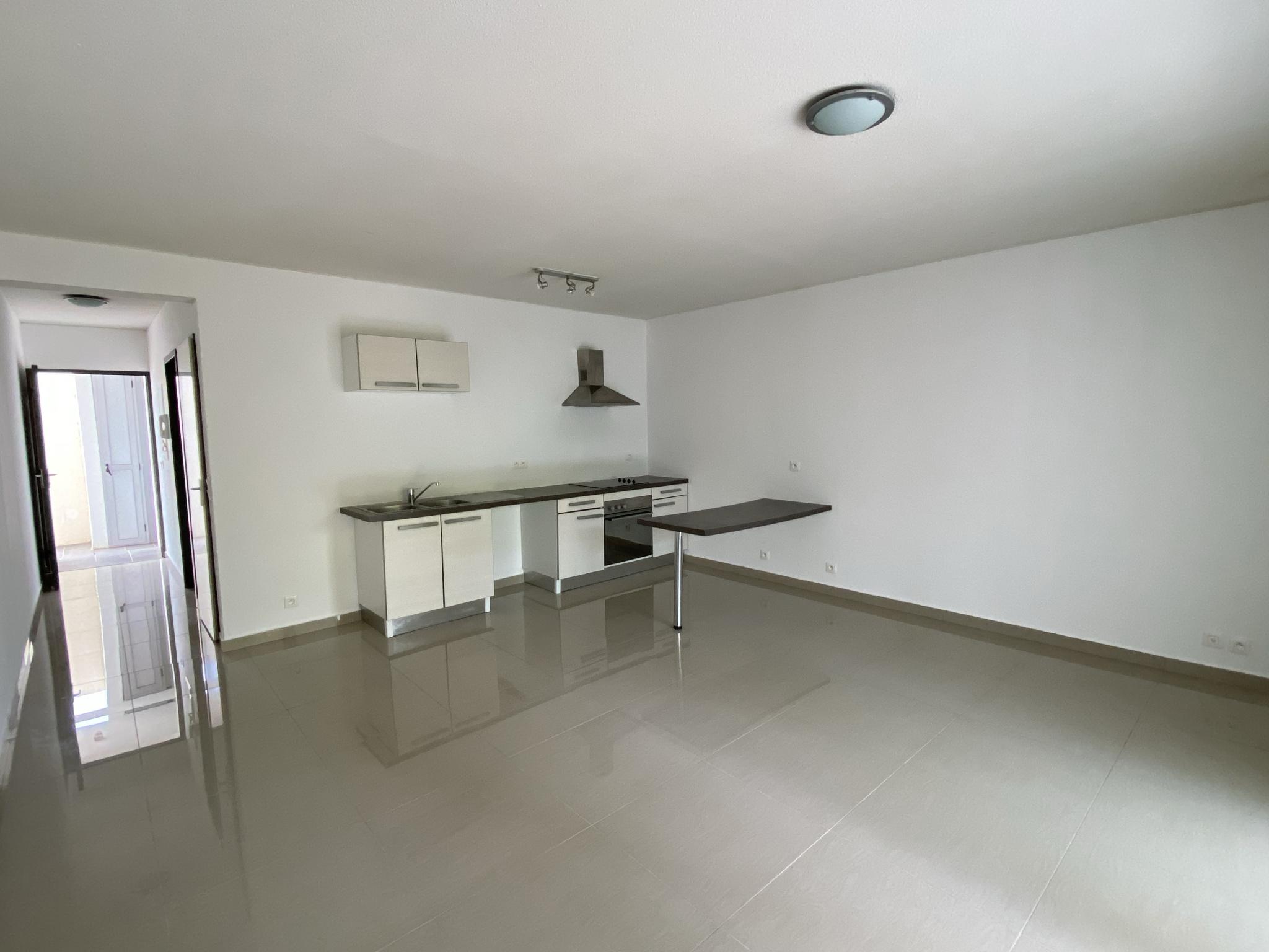 Salle de séjour comprenant une cuisine