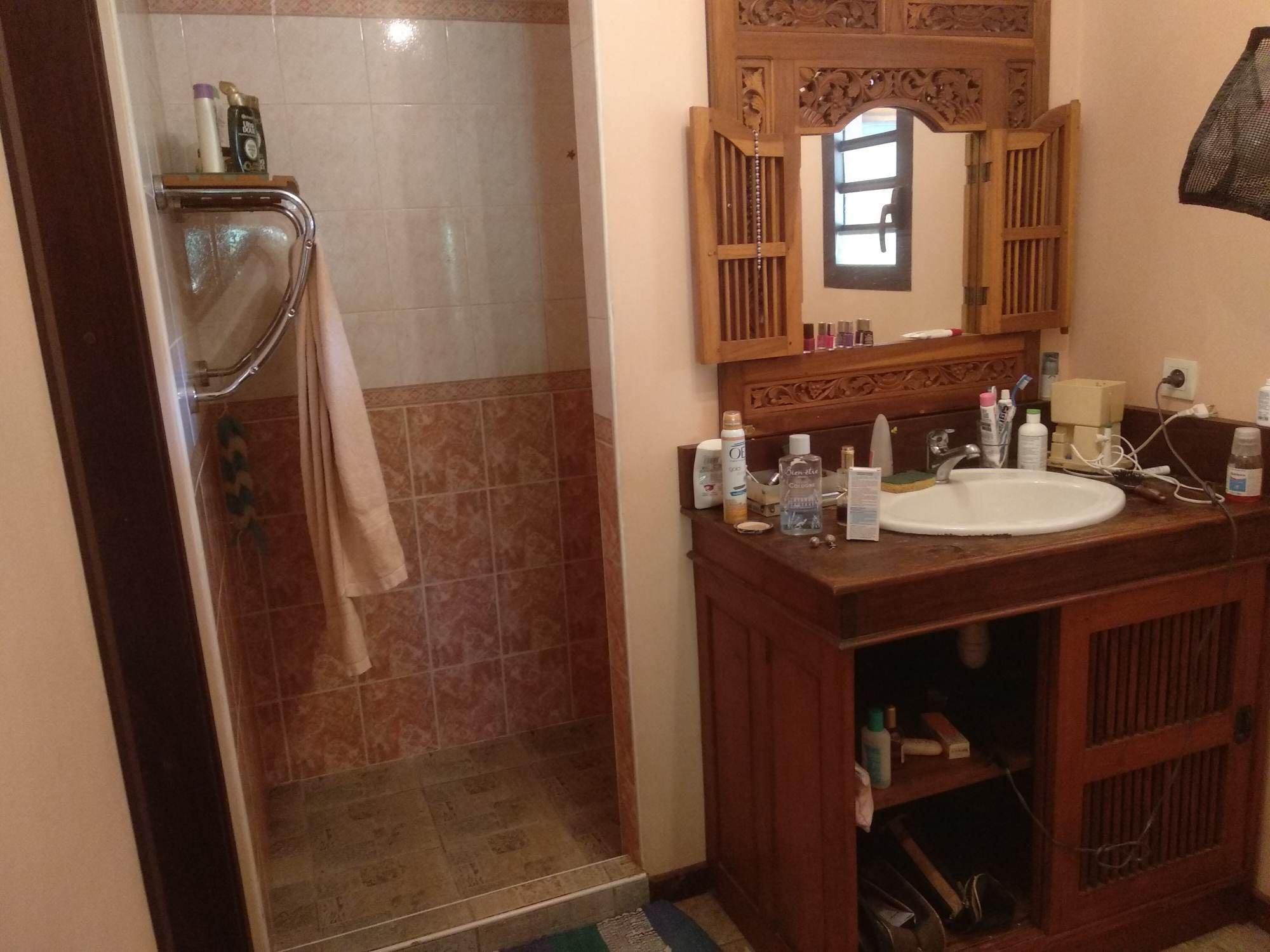 Salle de bain avec meuble balinais