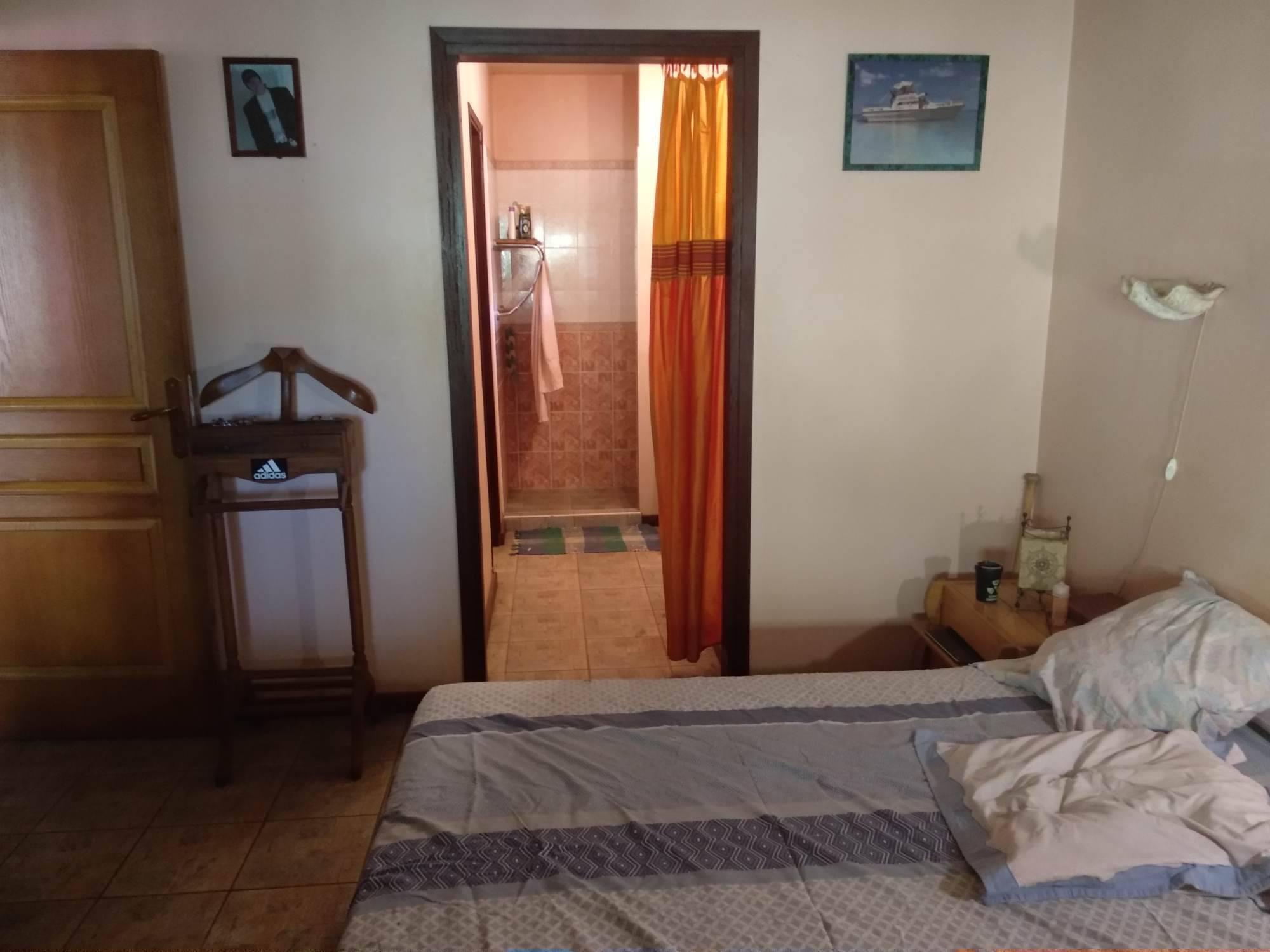Chambre principale avec salle d'eau et dressing